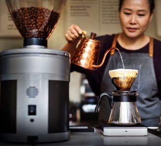 barista-drip-pouring-apron-cafe-brew-waiterss-PDHRC8U.jpg